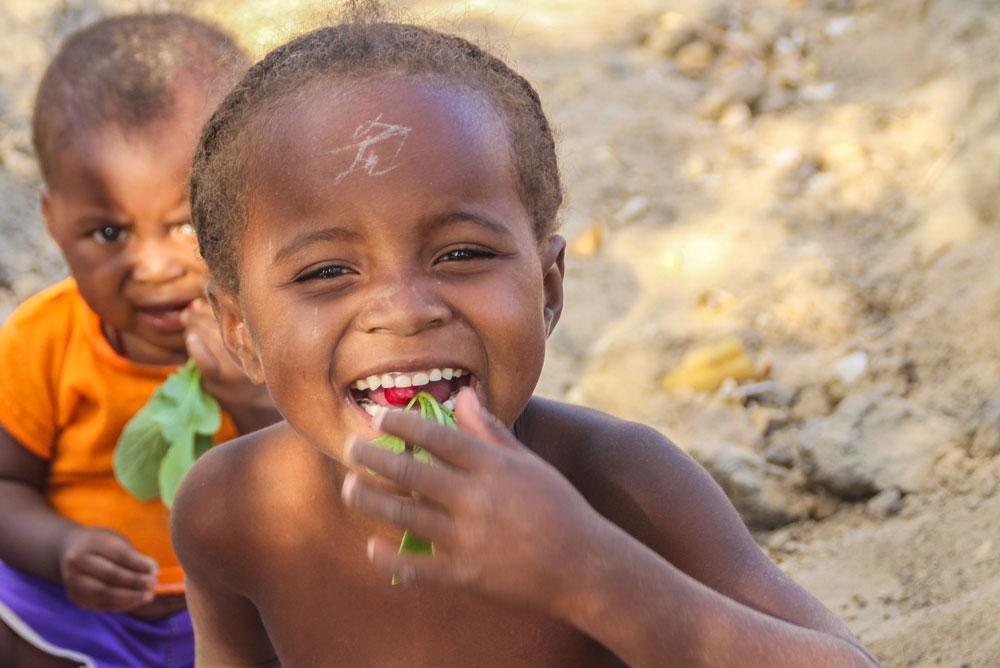 Deux jeunes enfants goutent joyeusement des radis